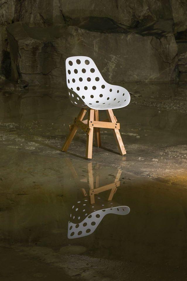 Design Stuhl Sitzschale weiß, Gestell aus Massivholz
