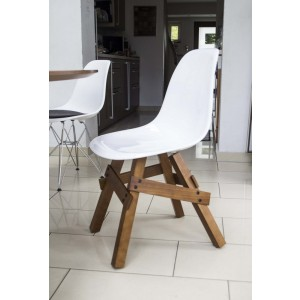 Design Stuhl weiße Sitzschale, Gestell aus Massivholz, Sitzhöhe 46 cm